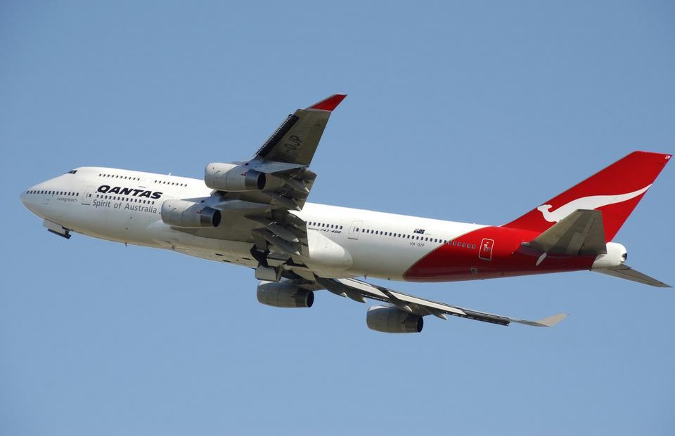 カンタス航空ボーイング747-400型機が離陸
