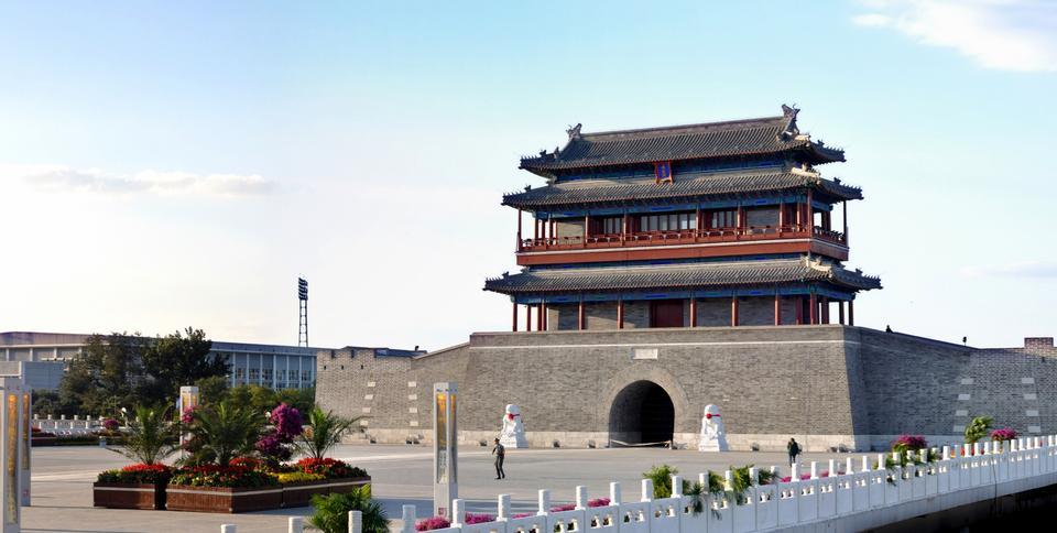 Tiananmen bajo el cielo y las nubes