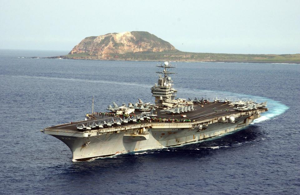Los marineros a bordo del portaaviones USS Carl Vinson