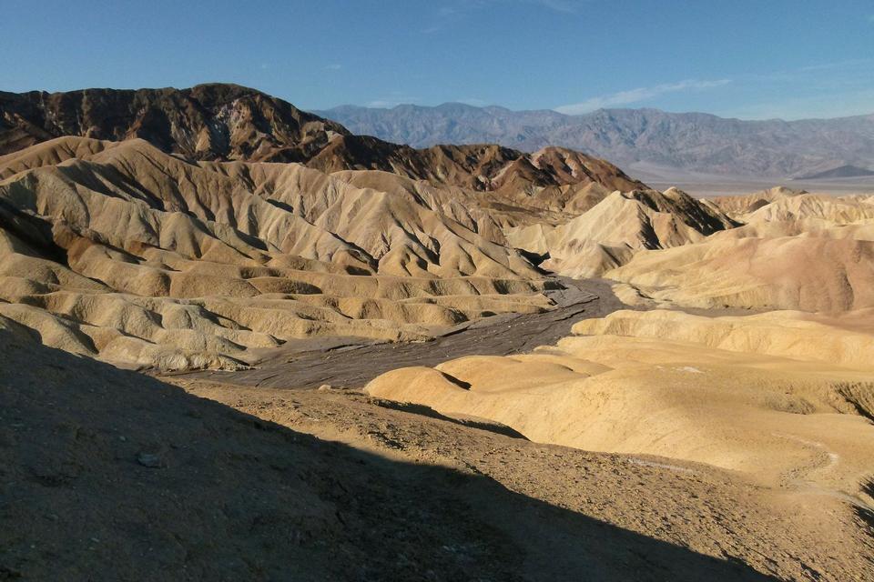 Mond über Zabriskie Point Tonsteine bilden Badlands Death Valley