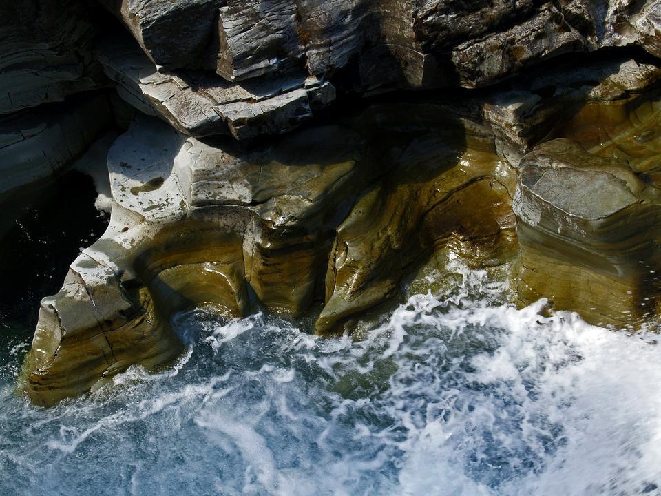 acqua chiara nel fiume robusto montagna all'aperto