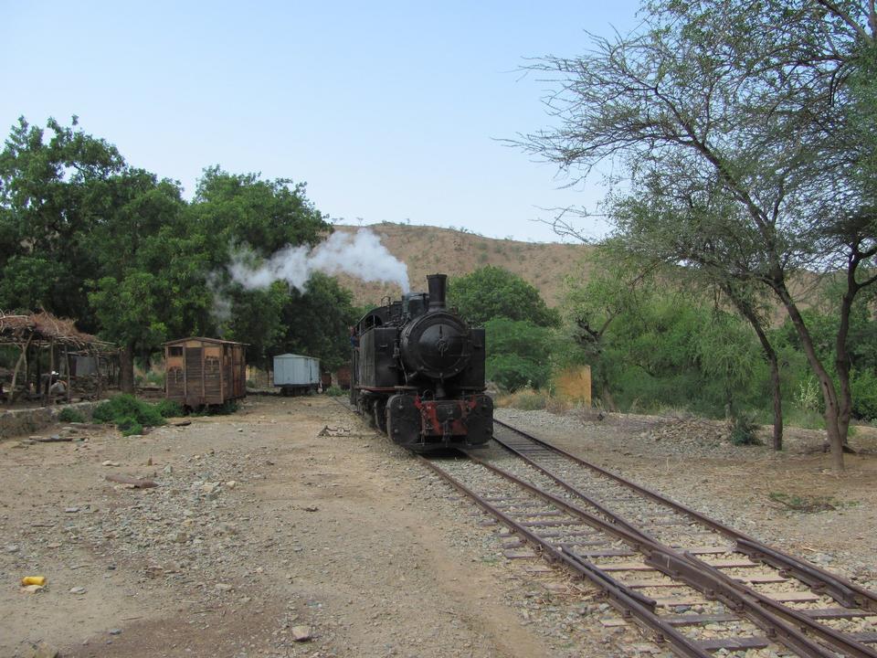 Old retro treno a vapore fermato alla piccola stazione