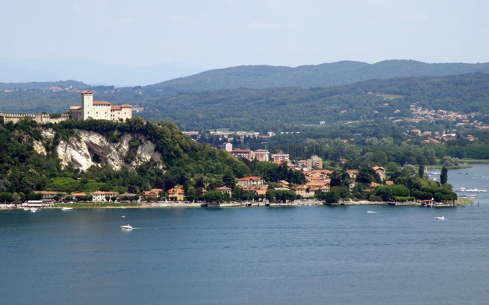 Angera, Italia, la fortaleza más vista del lago Maggiore desde Arona