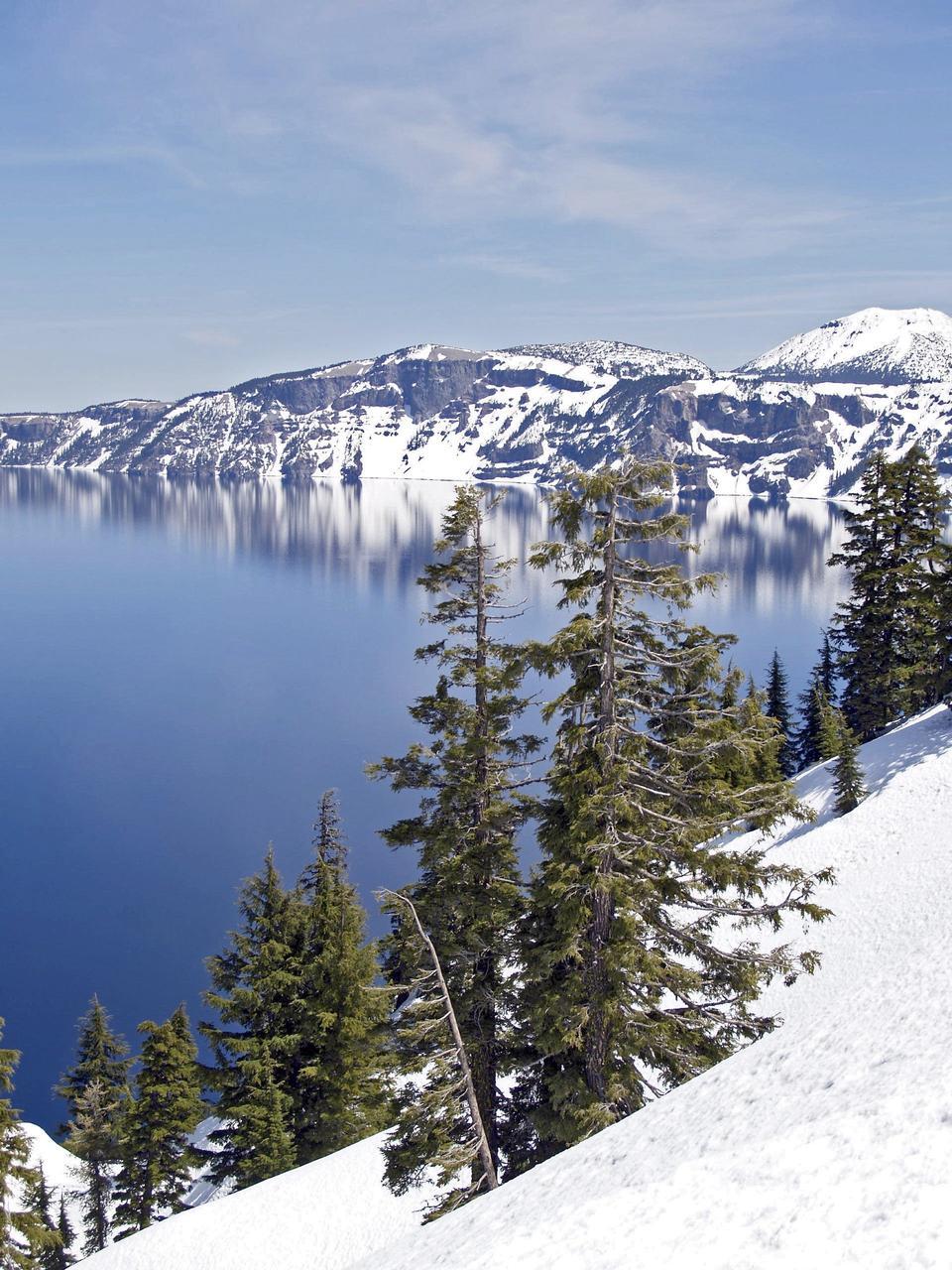 Зимняя сцена в Crater Lake вулкана