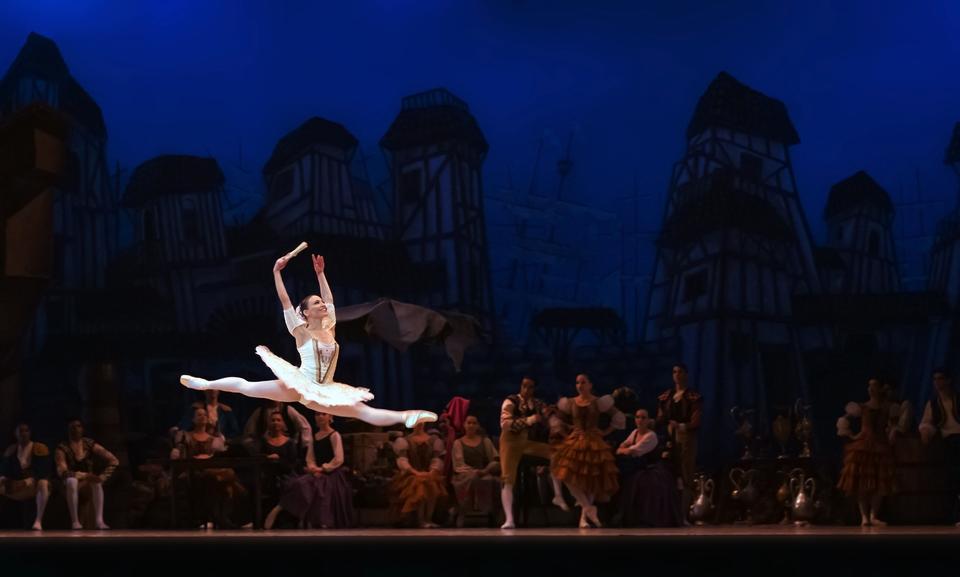 Belle danseuse de ballet féminin