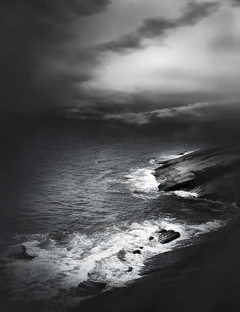 enorme acantilado y el mar en la parte posterior