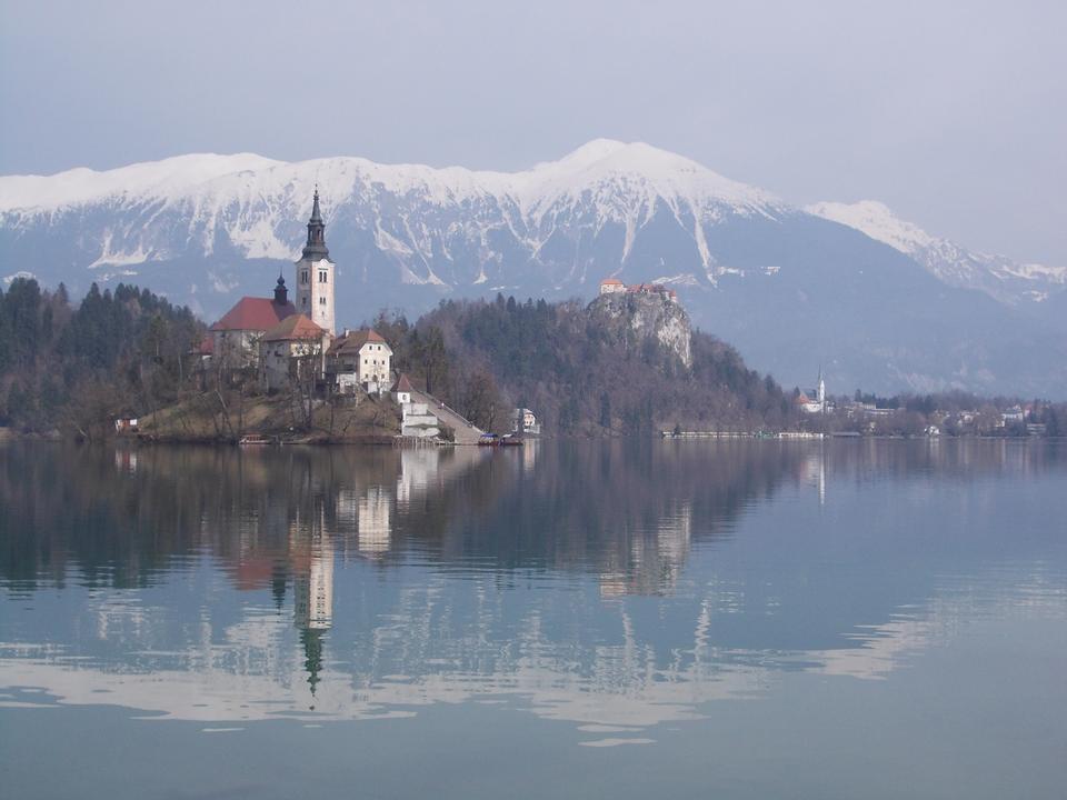 Bled avec lac, île, château et les montagnes en arrière-plan, Slove