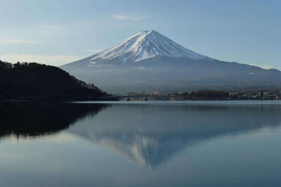 Гора Фудзи отражается в озере Кавагути на рассвете