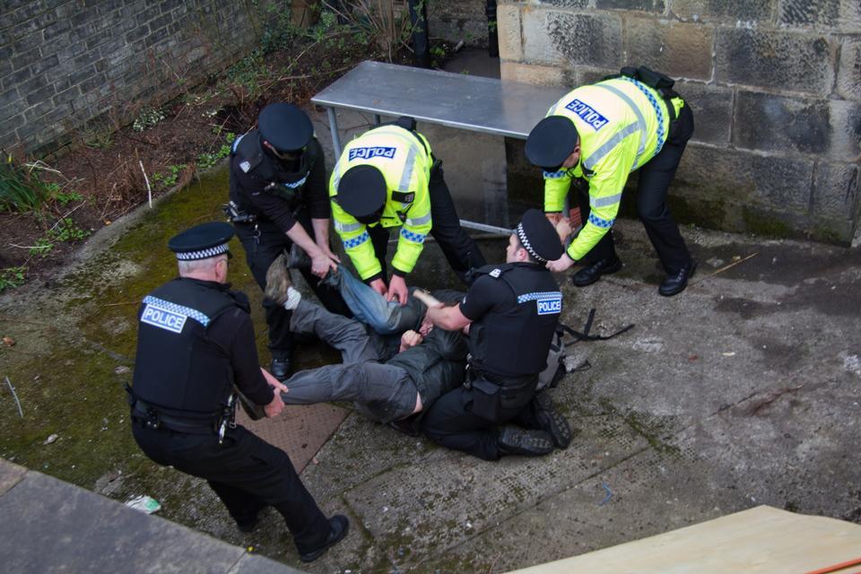 Polizei verhaftet einen unbekannten Mann