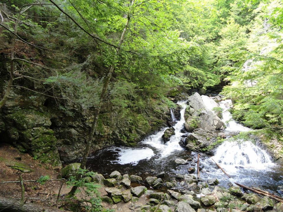 新しいセーラム、マサチューセッツ州でベアーズデンの滝
