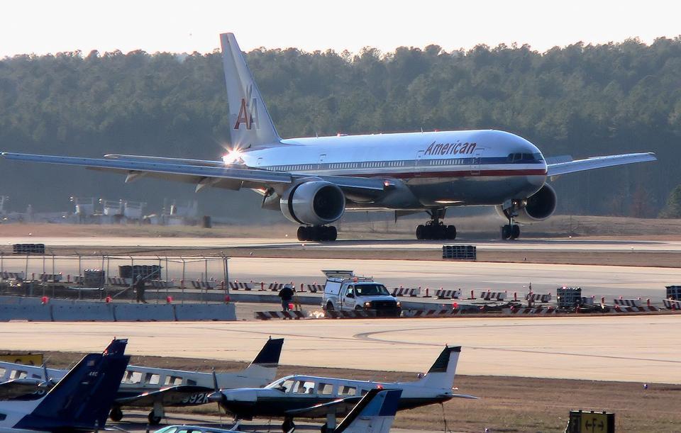 ボーイング777-200ERの旅客機が着陸