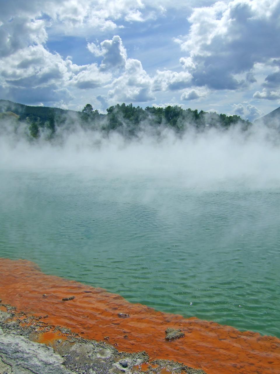 Dettaglio di blu stagno geotermica in Nuova Zelanda.