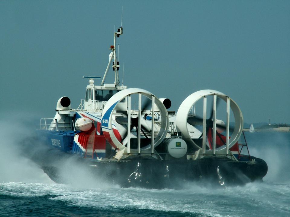 气垫船开启出发沙滩上,南海,英国