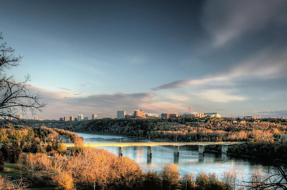 Rio Saskatchewan em Edmonton, Alberta, Canadá
