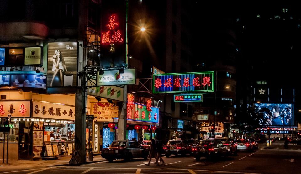 Unidentified peoples night shopping in Hongkong