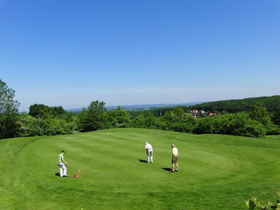绿色的高尔夫球场和蓝天