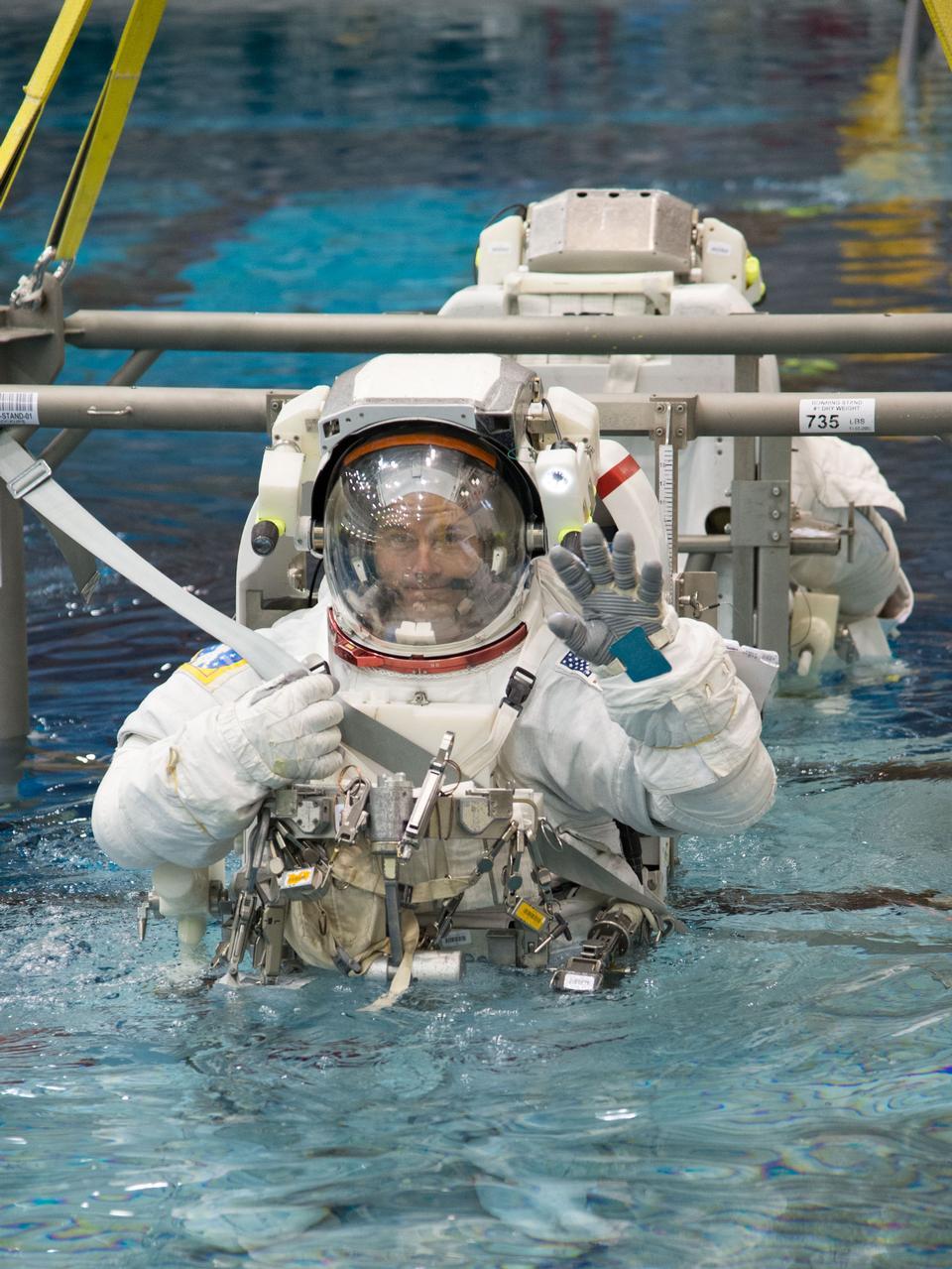 在中性浮力实验室的太空行走训练
