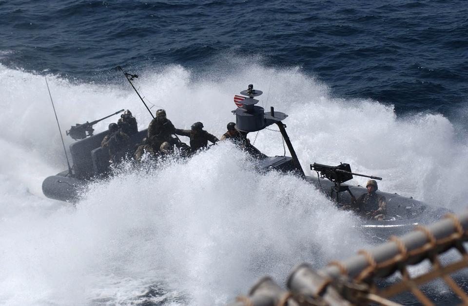 Un equipo especial navyBoat se acerca