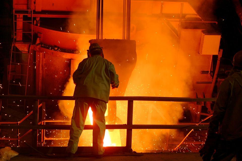 Рабочий из Amite Foundry контролирует заливки