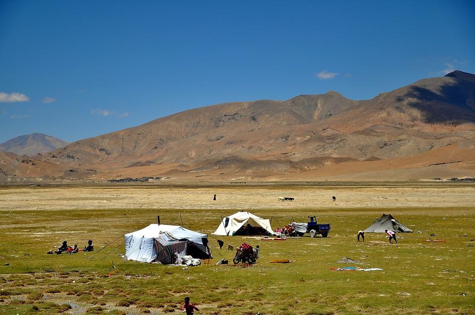 青空とチベット高原上の山と草原