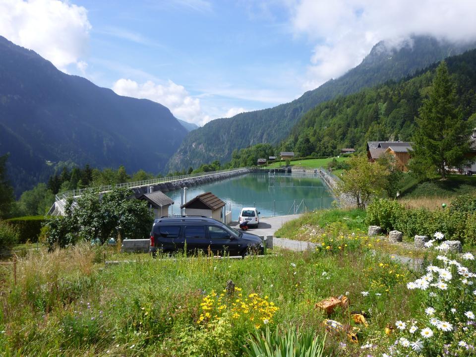 高山景观池塘,房屋和绿草