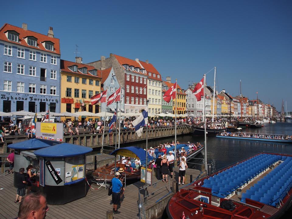 Quartier de Copenhague Nyhavn dans une journée d'été ensoleillée