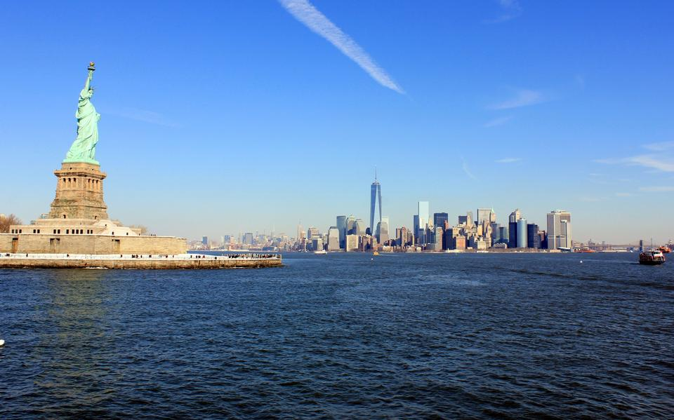 印象的なニューヨークに対する自由の女神のランドマーク自由の女神