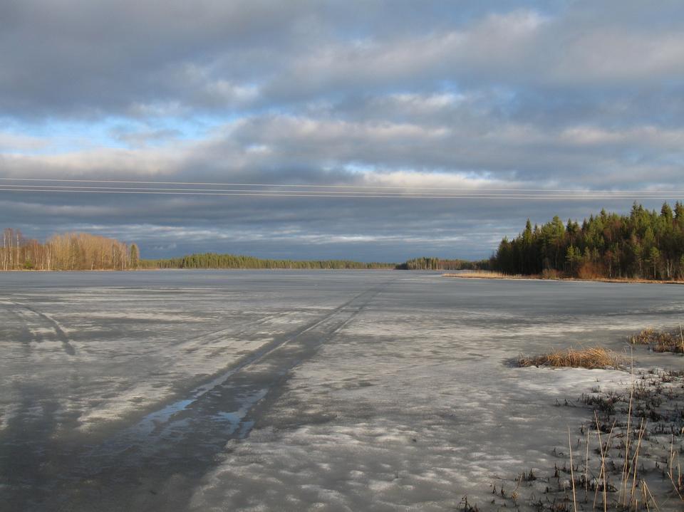 冬に凍結しヌルミヤルヴィ湖の屋外ビュー