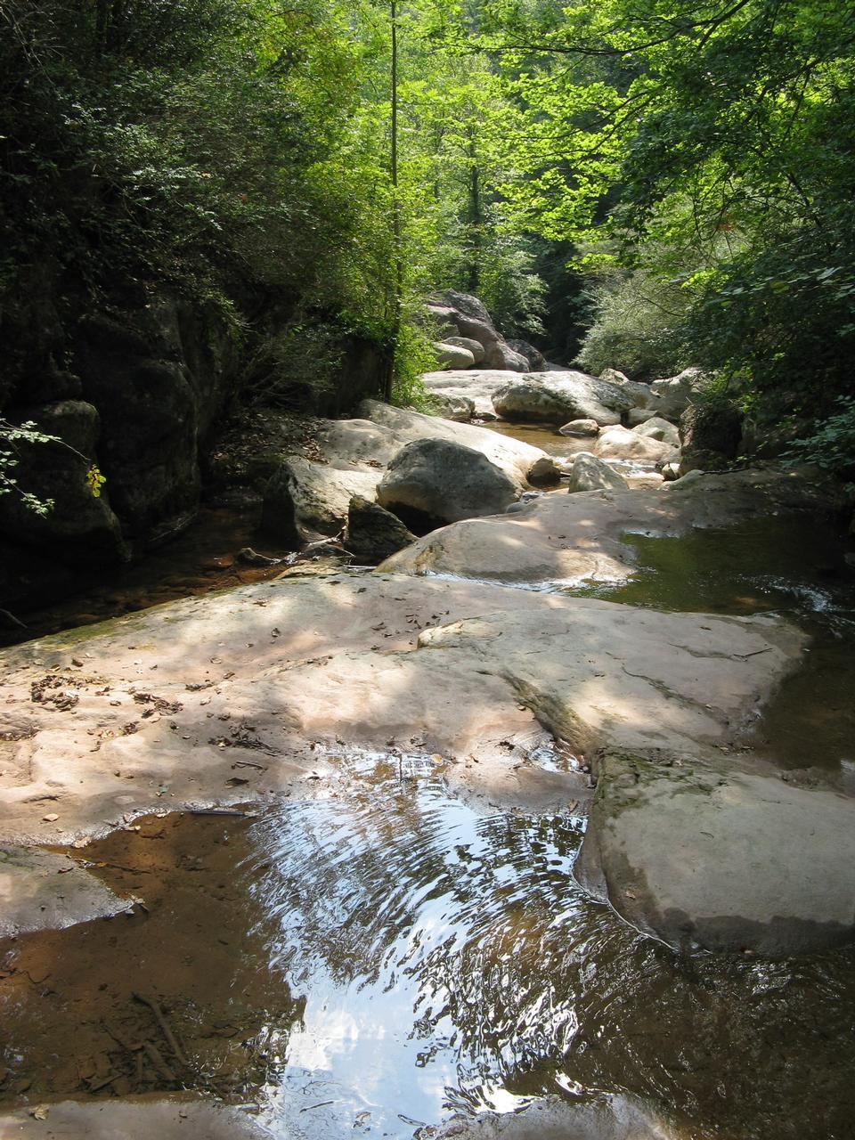 石を山の川