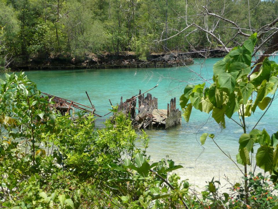 Un pequeño naufragio se encuentra en la laguna interior del Palau