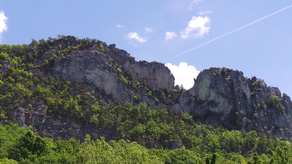 Seneca Rocks, 1 of the world's most popular places for rock climb