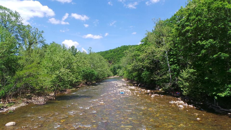 Primavera vista di Seneca Rocks fiume
