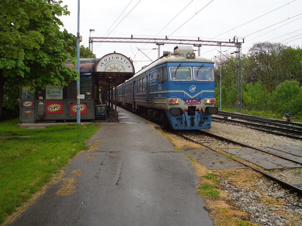 来自贝尔格莱德的通勤列车的火车站
