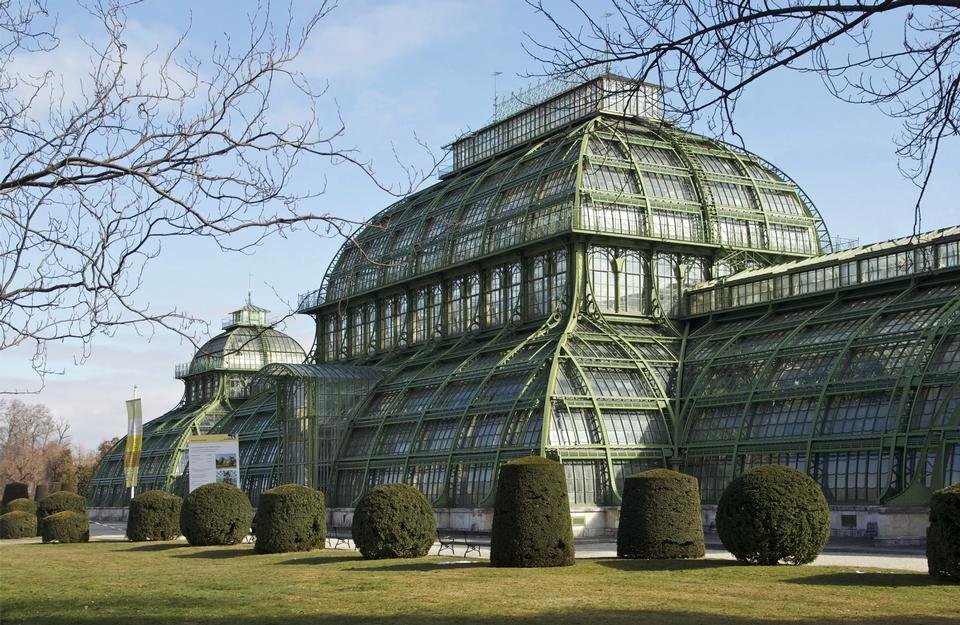 старый оранжерея дворца Шенбрунн в Вене, Австрия