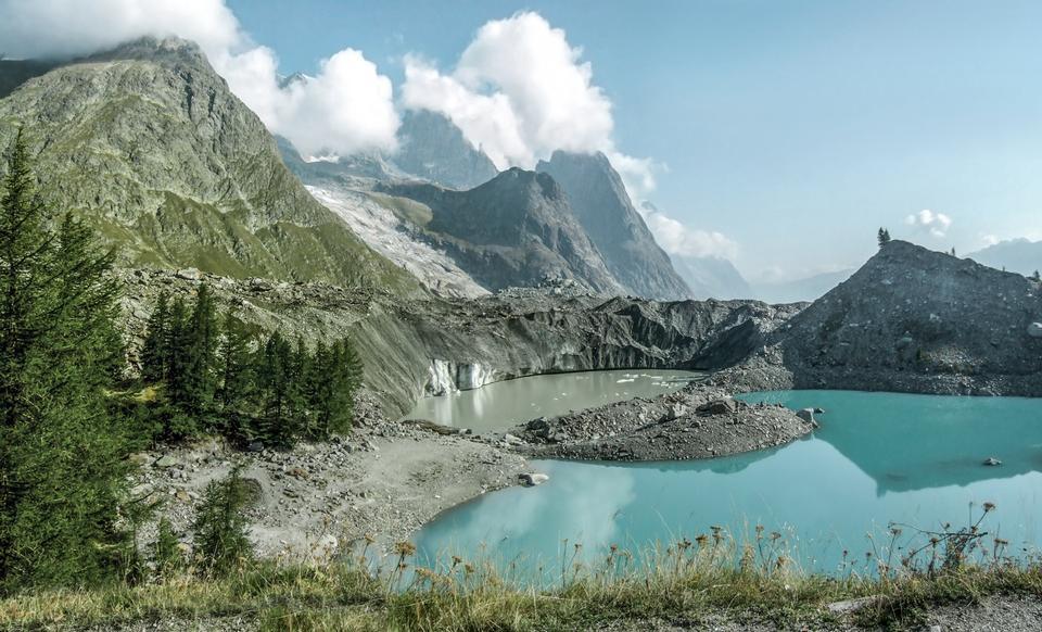 pequeño lago morainic en los Alpes italianos cerca de Courmayeur, Italia