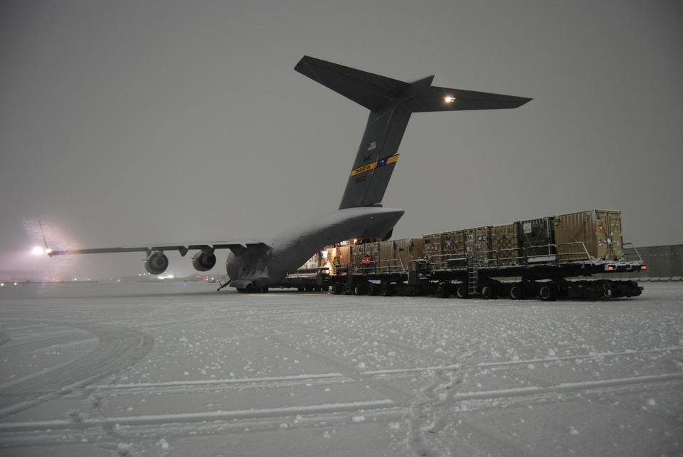 Aérea Puerto Escuadrón cargar un C-17 Globemaster III