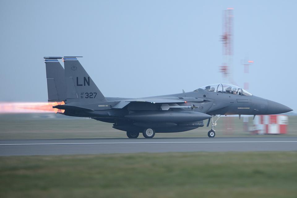 F-15Eストライクイーグルは、フライトラインから離陸