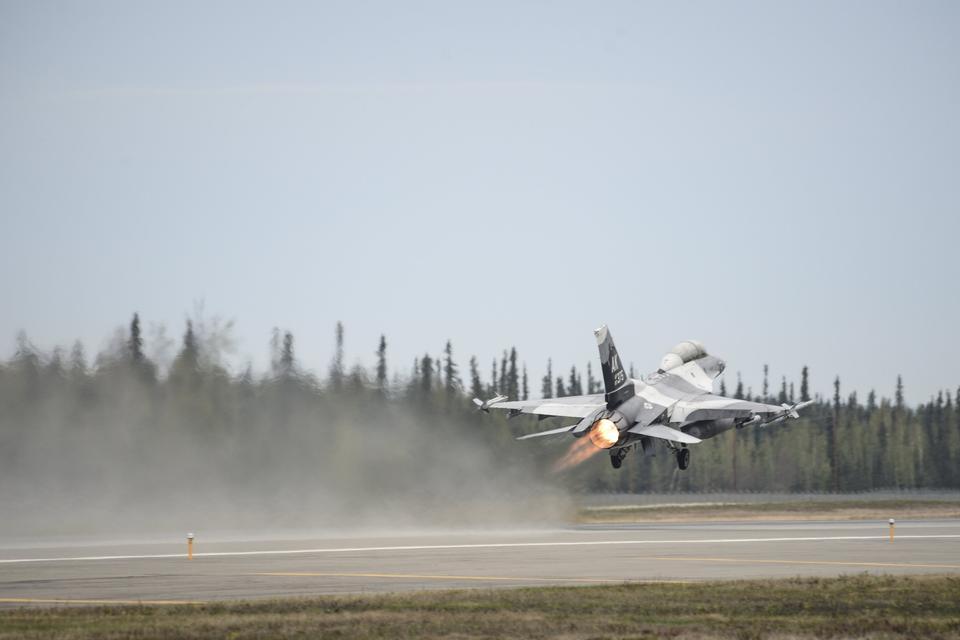 F-16ファルコンが離陸ファイティング