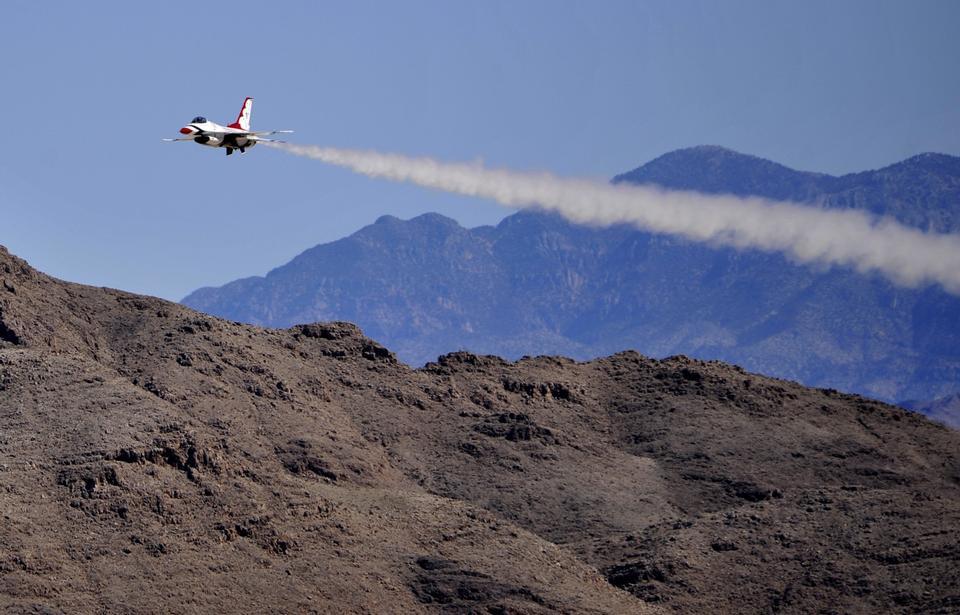 La lucha contra los aviones F-16 Falcon