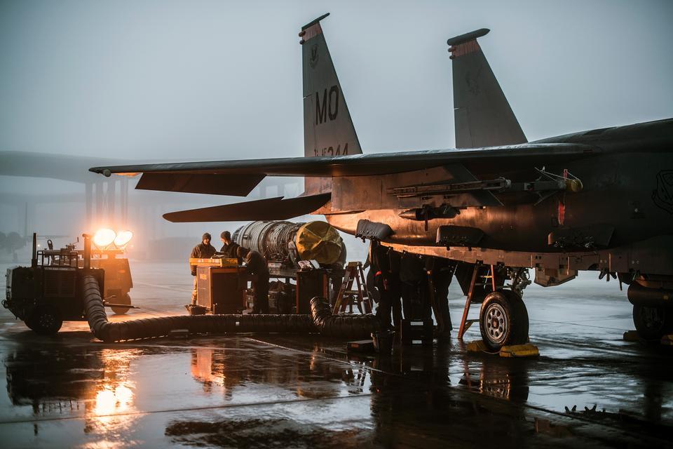 추진 기술자는 F-15E 스트라이크 이글 (Strike Eagle) 엔진 서비스