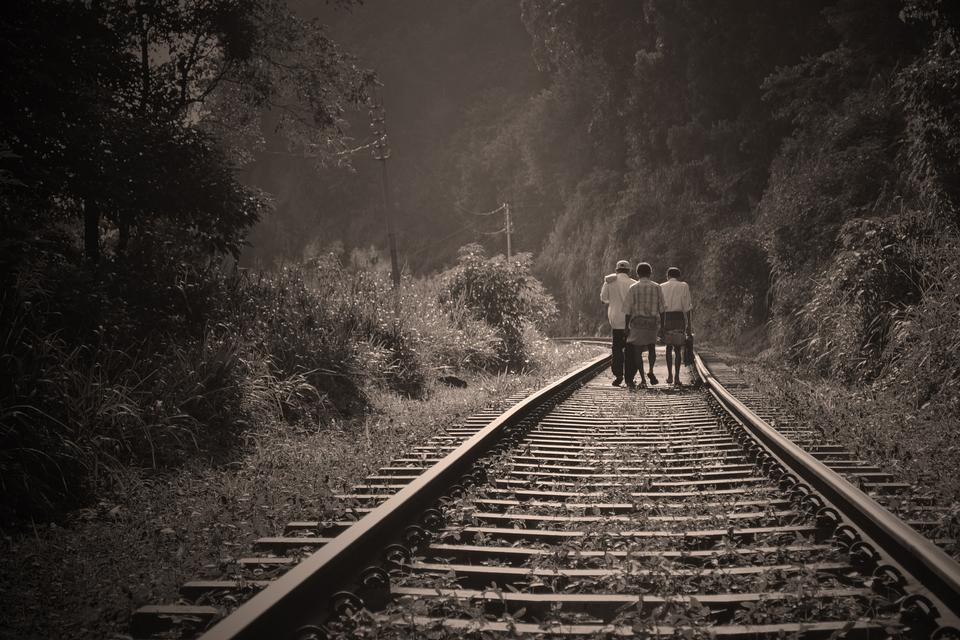 personnes marchant sur la route ferroviaire