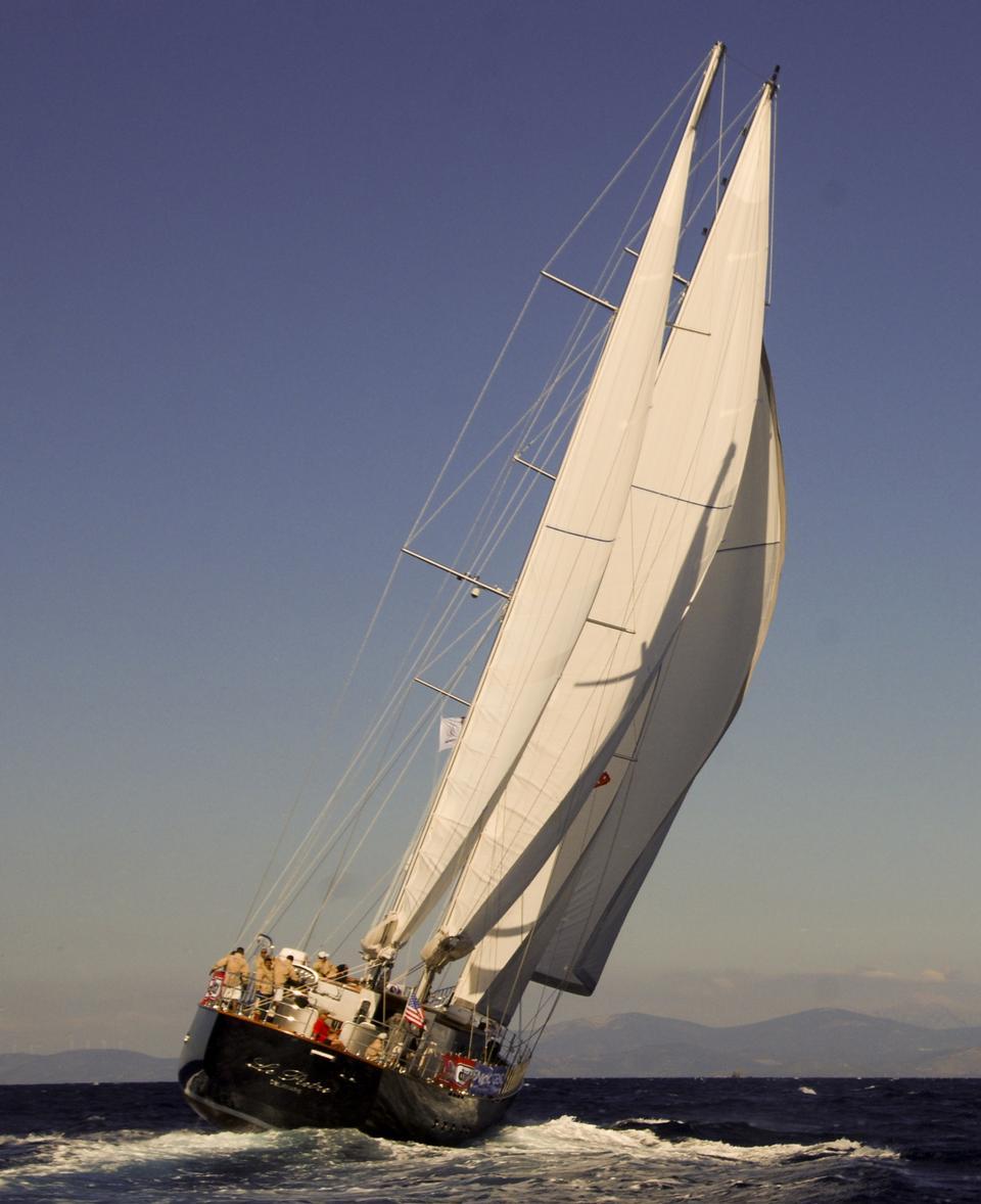 在蔚蓝的大海孤队长帆船小船