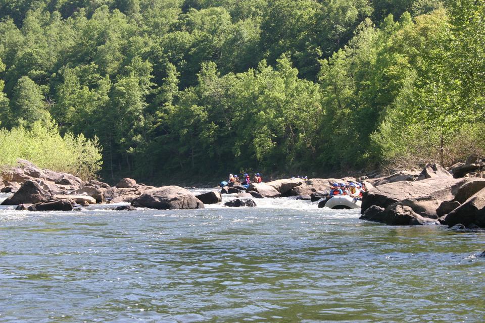 Le rafting sur les rapides de la rivière