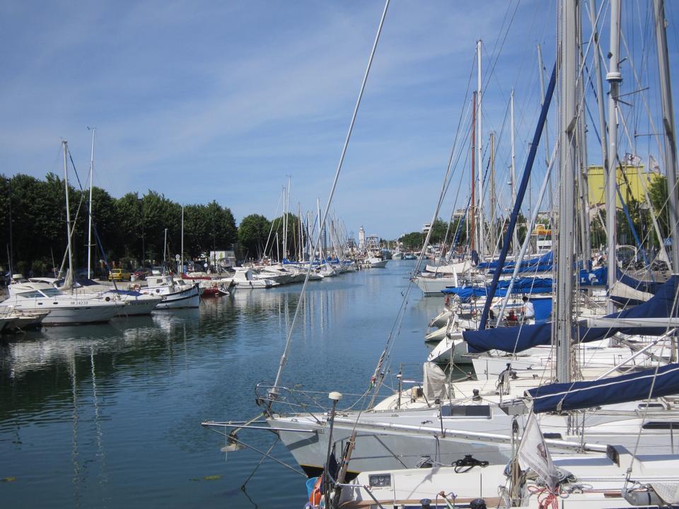 Yacht sulla banchina del porto di Rimini, Italia