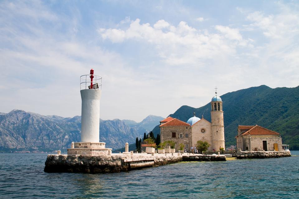 Chiesa della Vergine di roccia si trova nella baia di Kotor, Montenegro