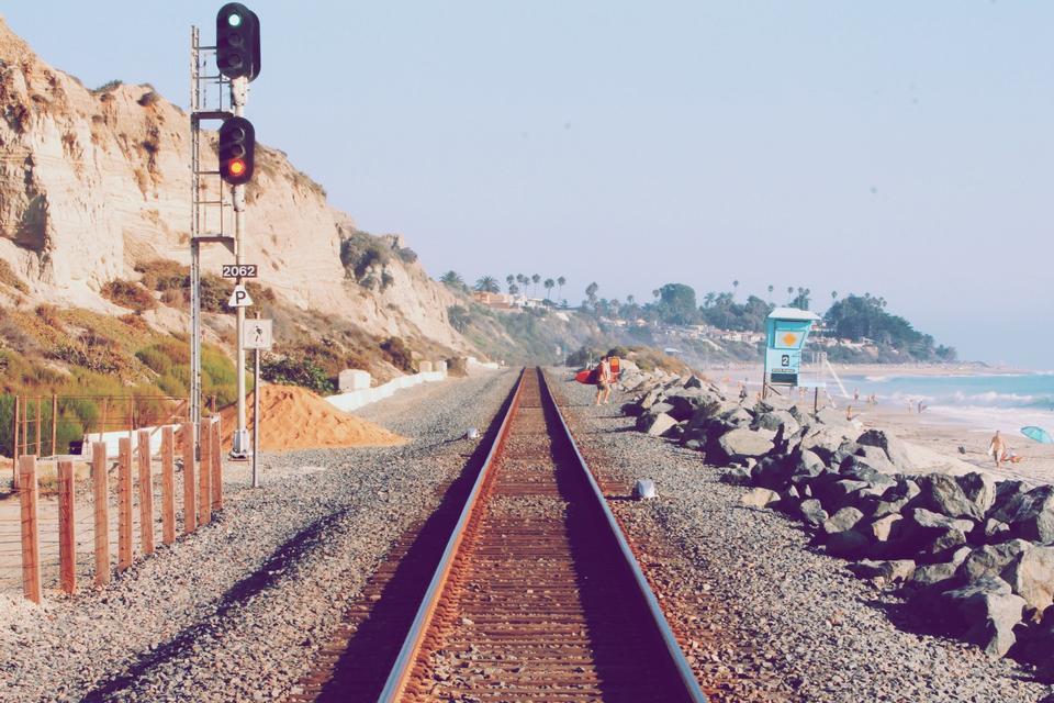 Las vías del tren en la playa