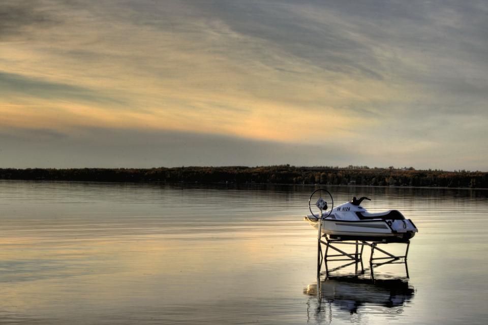 Un Jetski garé sur les eaux calmes du lac Pigeon