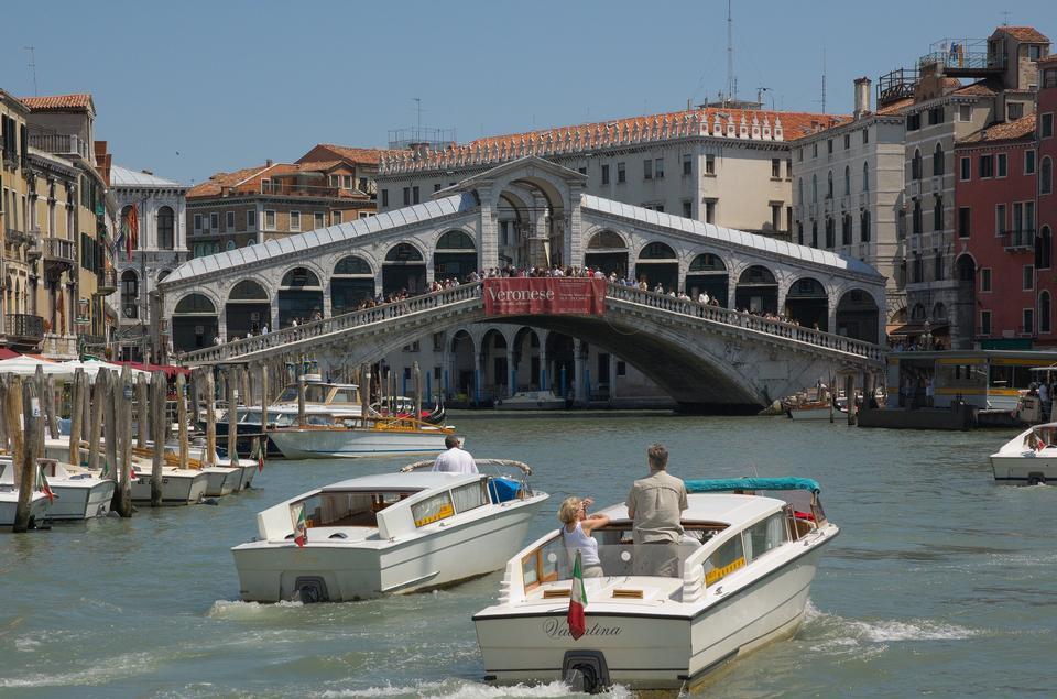 Мост Риальто (Ponte Di Rialto) в солнечный день с туристами
