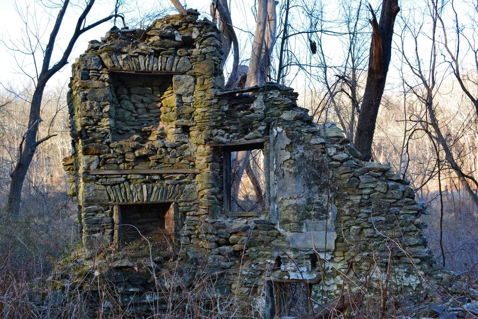 Ruins of a cottage in Creek State Park