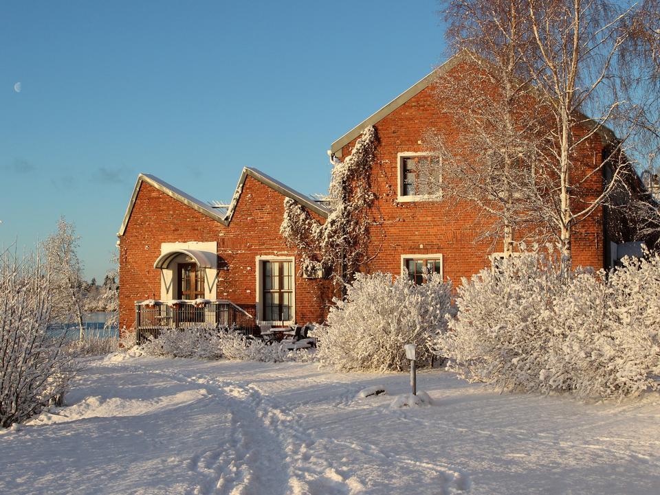 Снежные холмы в Финляндии сельской местности утром